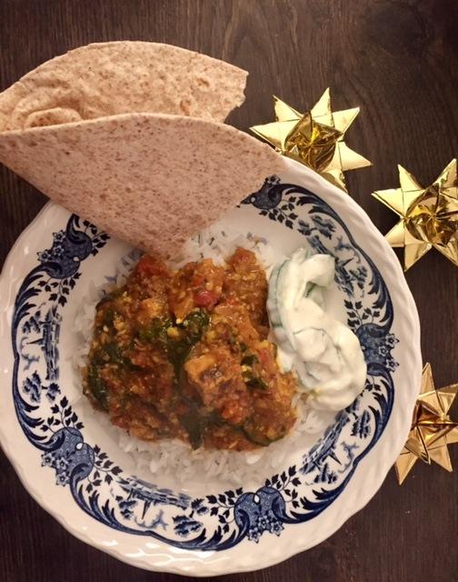 Indisk kryddergris med raita, ris og chapati - Ulvetimemad